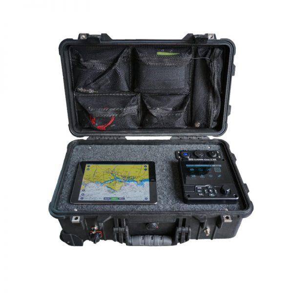 AIS Deploy est un transpondeur AIS classe A portable. Fourni avec des antennes GPS et VHF ainsi qu'une batterie rechargeable intégrée de 12 V DC, il est autonome et très robuste. En plus de l'afficheur (MKD), il integre une interface sans fil permettant aux tablettes et aux iPads d'utiliser les données sur toutes les applications compatibles.